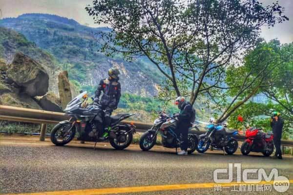 彭顺与摩友准备骑摩托车返回公司