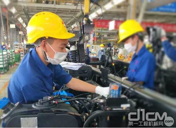彭顺在生产车间工作