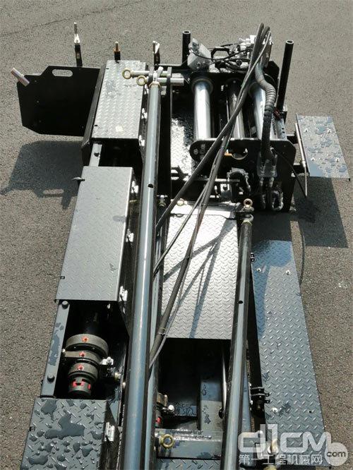 在11.5米的机械拼装式熨平板两侧,各加入了一块0.75米宽的液压伸缩板