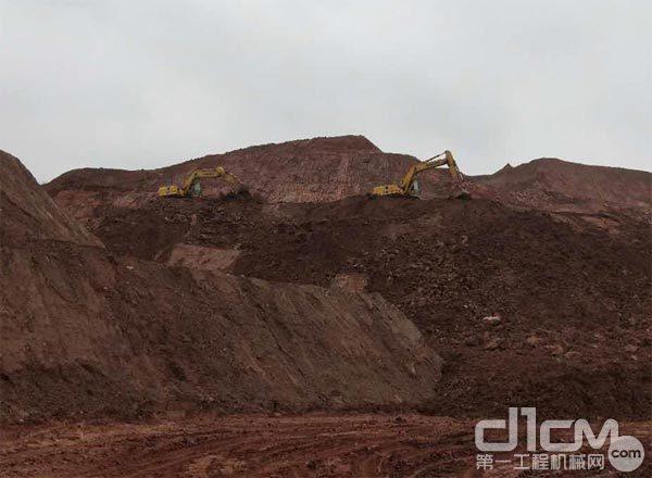 两台小松高端循环机在矿山上施工