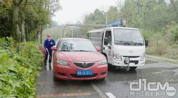 冲洗车底垃圾
