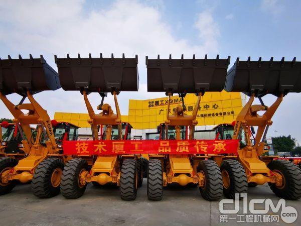 一批厦工XG956N轮式装载机昨正式交付