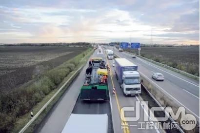 高速公路路面维修,摊铺宽度 4 m:运输车道的维修,相邻车道仍开放交通