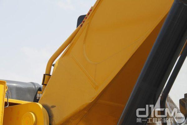 设备的工作装置采用大截面箱形结构内衬衬板