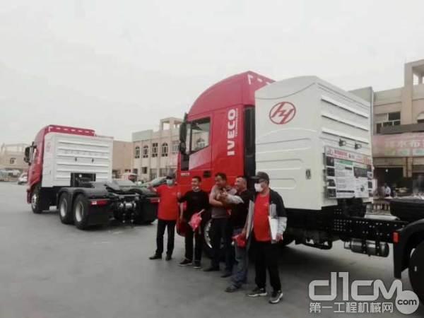 用户与红岩杰狮C6 CNG牵引车合影