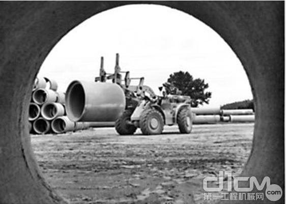 1959年,卡特彼勒推出了第一台中型轮式装载机944