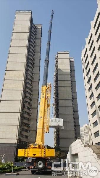 完美工况!XCT110_I大臂扬起进行高56米重6吨的空调主机吊装工作