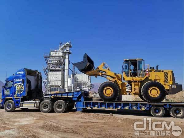 雷沃新款装载机到达客户企业