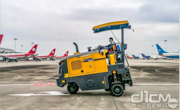 徐工小型铣刨机XM503在重庆江北国际机场进行铣刨作业