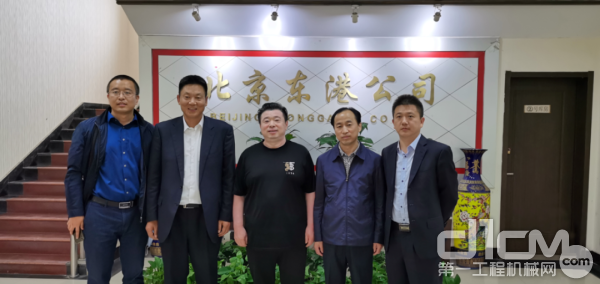 10台小松30吨挖掘机交付东港建设集团