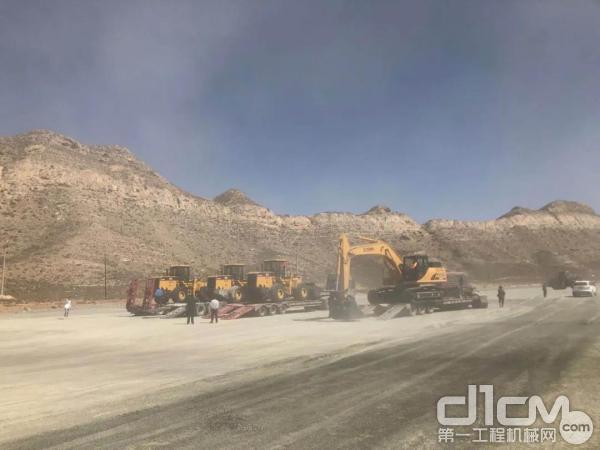 3台厦工装载机及1台挖掘机运抵甘肃某大型砂石料厂