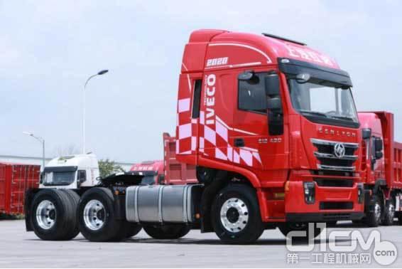 红岩杰狮2020牵引车标配了轻量化油箱、轻量化储气筒等部件