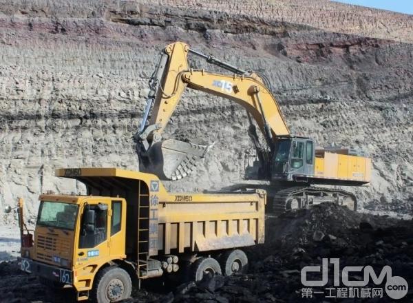徐工XE900D挖掘机和徐工XDM60矿用自卸车
