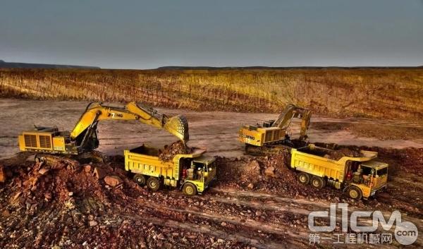 徐工XE900D挖掘机和徐工XDM60矿用自卸车施工作业