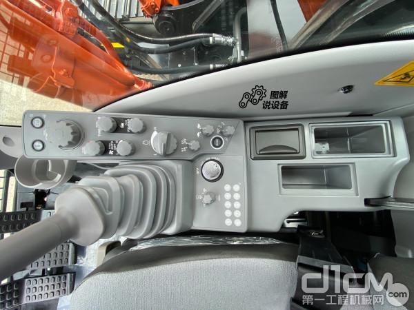 大部分功能旋钮都设置在右侧手柄外侧