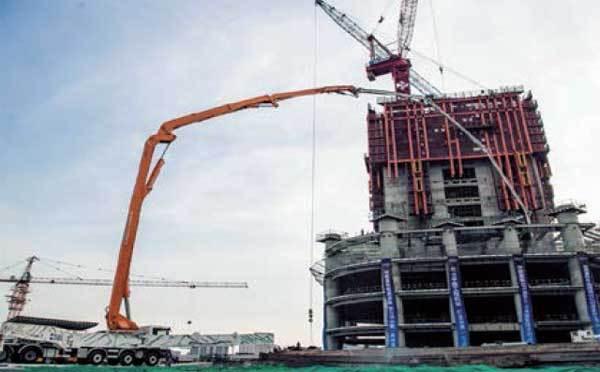 吉尼斯世界纪录的中联重科101m碳纤维臂架泵车在武汉绿地中心施工