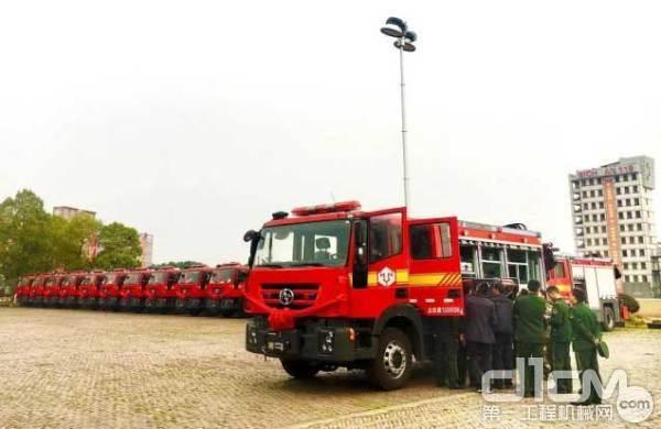红岩杰狮抢险救援车交付客户使用