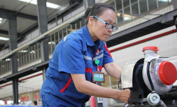 全国人大代表、广西玉柴机器股份有限公司新品试制装配工段工段长许燕妮