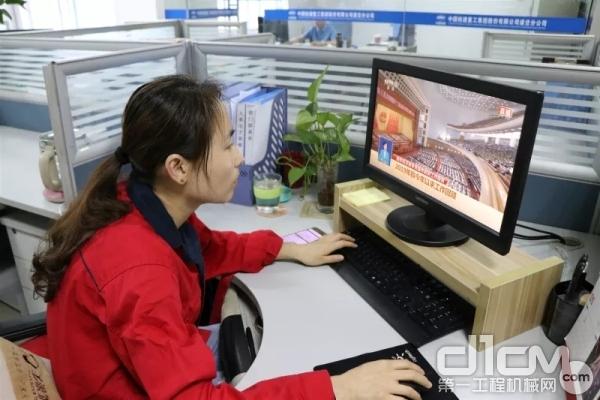 道岔分公司组织员工收看十三届全国人大三次会议政府工作报告