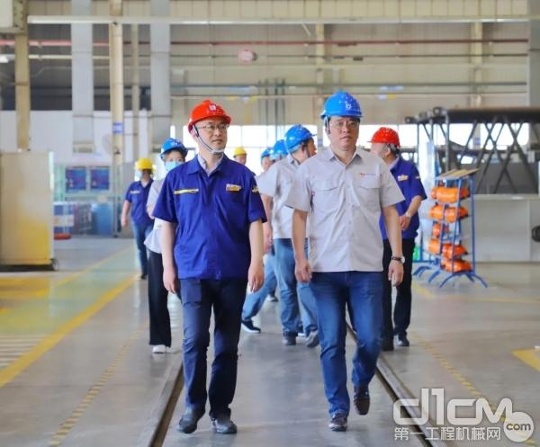 鞍钢建设集团汽运市政公司经理蔡孝敏一行深入徐工履带起重机生产一线