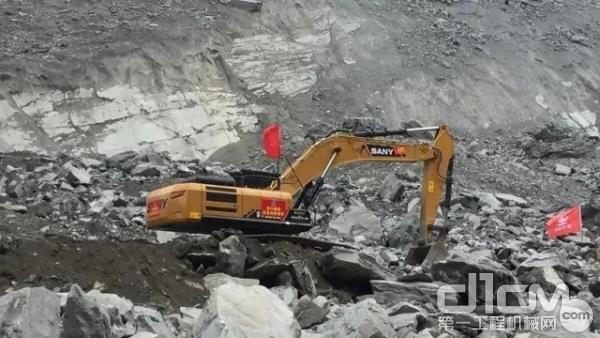三一挖掘机参与灾难救援