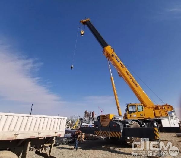 徐工起重机在乌兹别克斯坦建设中的液化天然气工厂施工作业