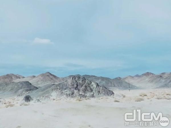 项目地处戈壁滩沙漠风口地带