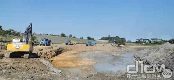 新一代E210挖掘机在施工