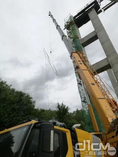 徐工XCT55L6伸臂50米,吊重1.8吨工件,起升高度46米,准确送至指定位置