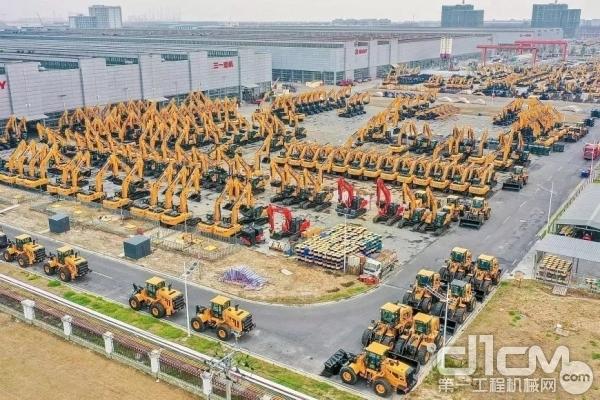 千台挖掘机挤爆停车场