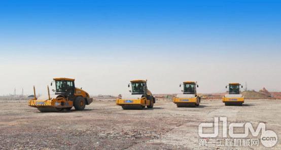 徐工大吨位压路机XS365在鄂州机场四工区现场作业