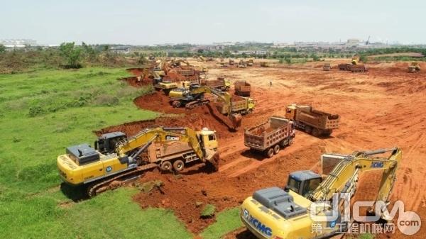 徐工挖掘机群施工现场