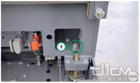 必须检测机械式高度调整部件的锁定螺丝(1),以确保它们正确地运行及被锁紧螺母牢牢地固定。