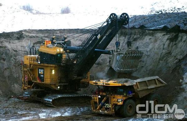 CAT®7495铲车为CAT®797F无人驾驶卡车装载
