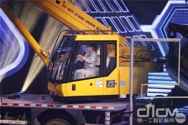 黄芳携徐工XCT8参加央视《挑战不可能》挑战成功!
