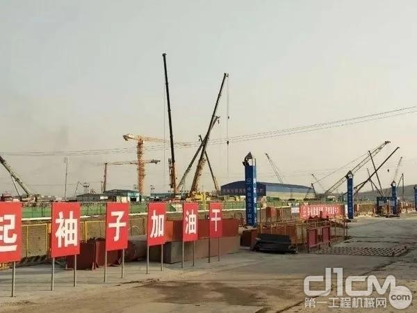 200台徐工起重机的身影高高矗立在北京大兴国际机场,负责地基钢架吊装、整体钢结构吊装以及地下管道的铺设