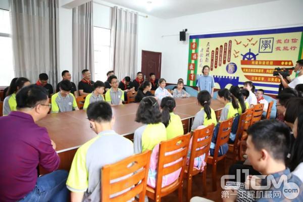 领导、嘉宾与师生代表座谈