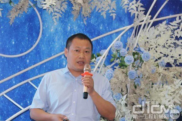 营销分公司副总经理吴贤明现场给客户介绍了2020年售后服务政策