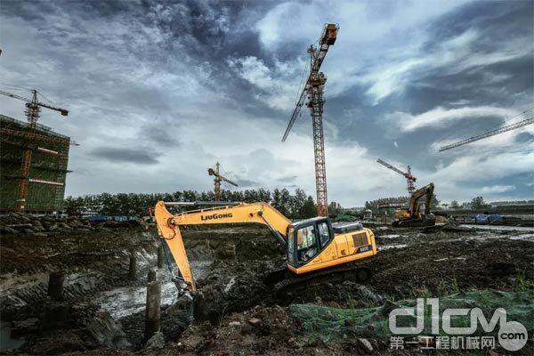 挖掘机正在施工