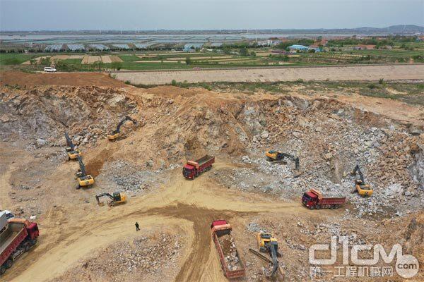 山东威海荣成市虎山镇某水利工程项目施工现场多台约翰迪尔挖掘机在现场施工