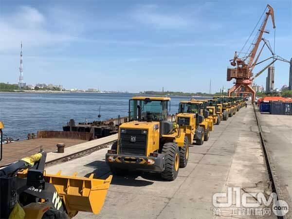 徐工数台装载机整齐列队,即将奔赴大洋彼岸