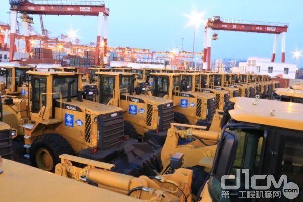 雷沃产品在青岛港整装待发