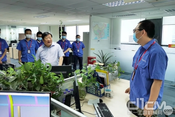 谭旭光亲切看望技术创新中心的研发人员