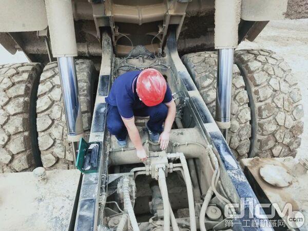 为矿车做发动机保养