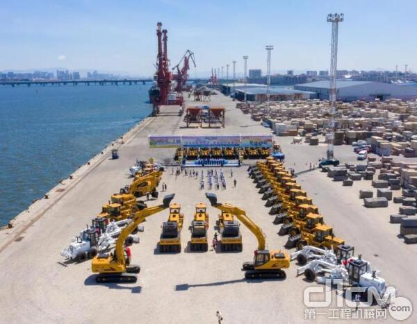 厦工成套设备坐上滚装船去非洲