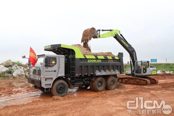 中联重科重型工程机械应急救援队紧张有序地进行封堵决口