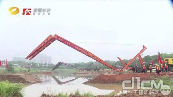 △中联重科应急架桥车正在搭建临时桥梁