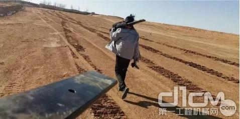 老高带着服务人员扛着板簧拿着工具没有丝毫犹豫,步行走进矿区