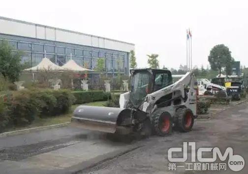 山猫滑移搭载铣刨器能够对路面进行高效铣刨