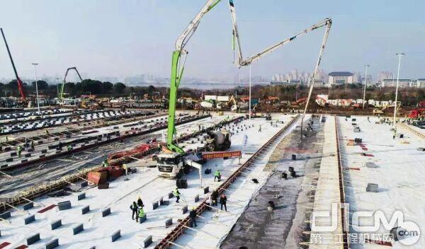雷萨58米泵车是火神山医院地基浇筑的主力设备
